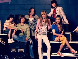 Hannah Montana (season 2) - Season 2 cast L-R: Moisés Arias, Jason Earles, Billy Ray Cyrus, Miley Cyrus, Mitchel Musso, Emily Osment
