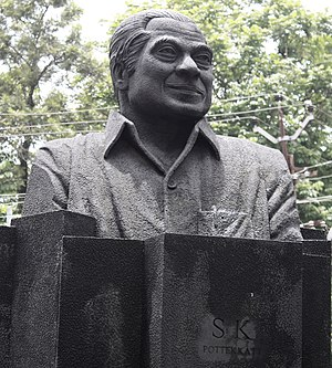 S. K. Pottekkatt - A bust of S. K. Pottekkatt facing S.M. Street in Kozhikode
