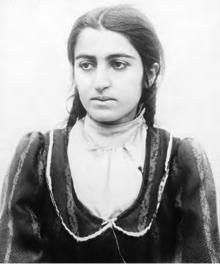 Jonge Armeense vrouw die naar de zijkant kijkt
