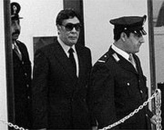 Pentito - Tommaso Buscetta (with sunglasses), the first important pentito of Italian Mafia, escorted into a court of law.
