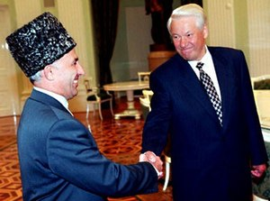 Aslan Maskhadov - Aslan Maskhadov and Boris Yeltsin shake hands after signing the Moscow peace treaty
