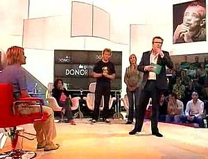 De Grote Donorshow - A screenshot of the television show. Patrick Lodiers, the host of the show (right), has just announced that no kidney donation is going to take place, and that the show was a hoax. The photo to the right of the screen is of BNN founder Bart de Graaff.