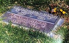 Footstone stylu hrob marker pro Casey a Edna Stengel