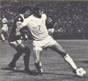 Mike Stojanović - Stojanović (right, with ball) and Werner Roth (left) of the New York Cosmos in 1977