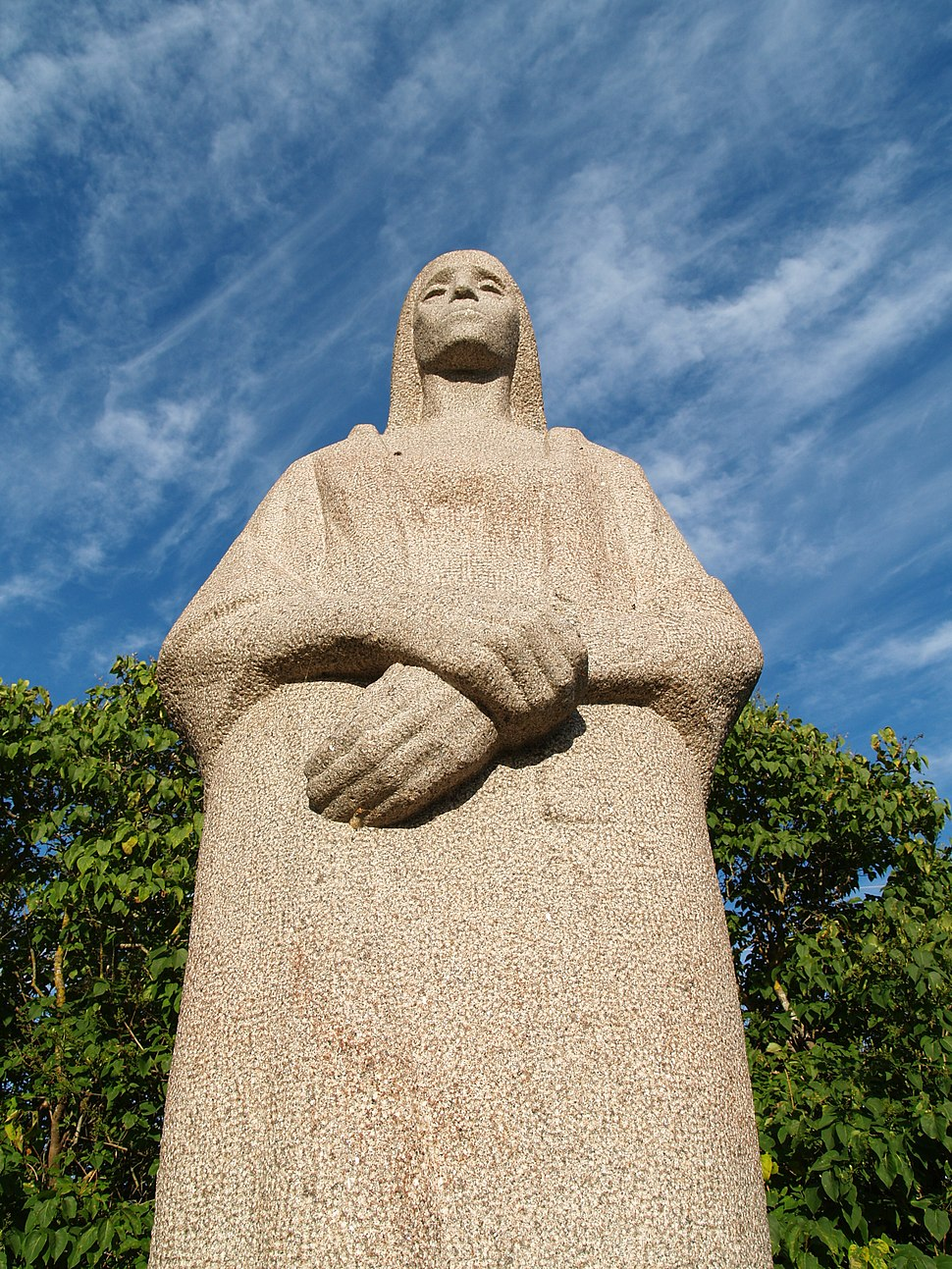 Teises maailmasõjas hukkunute ühishaud Muhu saarel, monument Leinav ema
