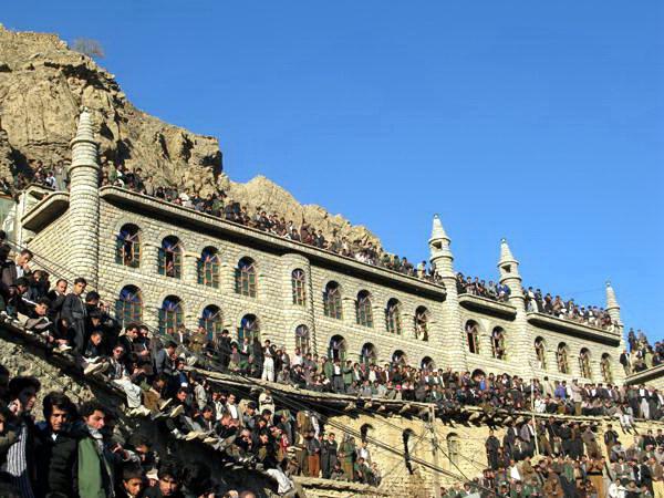 مراسم بزرگداشت پیرشالیار ؛ شهر هورامان تخت؛ جنب مسجد جامع