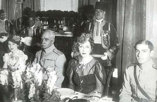 از راست: محمدرضا پهلوی، ملکه نازلی مادر فوزیه، رضاشاه و فوزیه