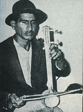 استاد فقید علیرضا حسین خانی در حال نواختن ساز تال