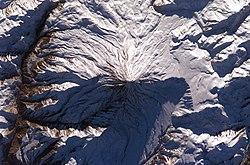 عکس هوایی از قلهٔ دماوند، گرفته شده در تاریخ ۱۵ ژانویه ۲۰۰۵. عکس از ناسا.
