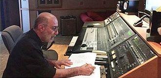 سیاوش قمیشی در حال کار در استودیو