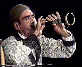 استاد فقید شامیرزا مرادی(مروارید اقیانوس ها) در حال نواختن ساز سرنا