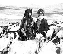 سیما بینا در کنار یک زن چوپان خراسانی