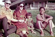 Ann Dunham with father and children (enhanced).jpg