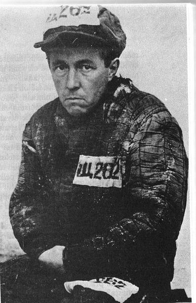 Tiedosto:Aleksandr Solzhenitsyn vanginpuvussa.jpg