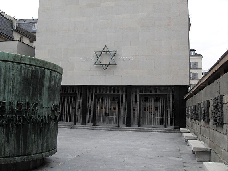 Fichier:Paris Marais Memorial de la Shoah cour.jpg