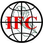 un globe, symbolisant l'Humanité, superposée à la carte de l'Irak et de son réseau fluvial, c'est-à-dire le « Pays des deux fleuves » et les trois lettres IFC