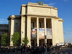 http://upload.wikimedia.org/wikipedia/fr/thumb/8/86/Th%C3%A9%C3%A2tre_national_de_Chaillot.JPG/250px-Th%C3%A9%C3%A2tre_national_de_Chaillot.JPG