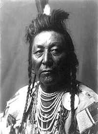 Plenty Coups Edward Curtis Portrait (c1908) bysnien.jpg