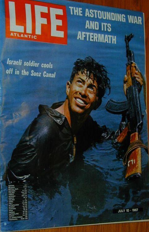 תמונתו של יוסי בן-חנן במימי תעלת סואץ לאחר מלחמת ששת הימים, על שער מגזין