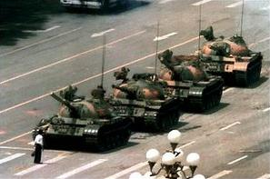 המורד האלמוני השתמש במחאה מסוג אי-אלימות כנגד הטנקים והפך לסמל של שיטת מחאה זו. תמונה זו מוצגת בוויקיפדיה בשימוש הוגן.נשמח להחליפה בתמונה חופשית.