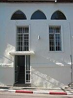 פתחי החלונות בחזית המזרחית של הבניין (פתח הדלת הוא משנות ה-70)