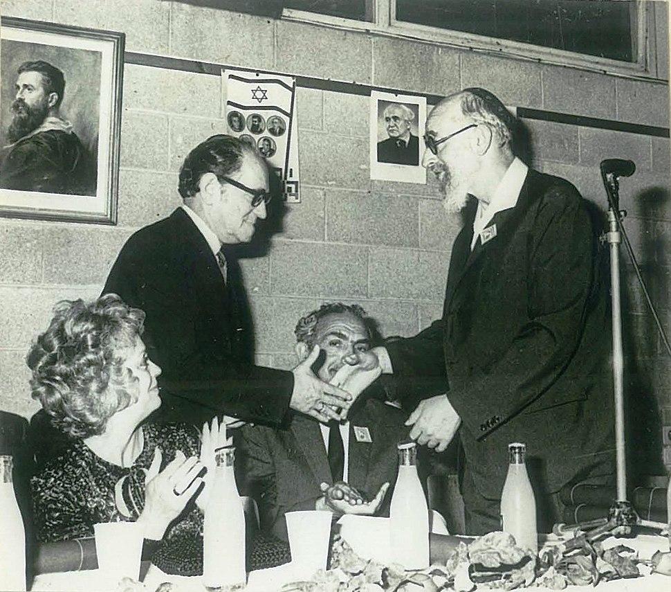 פרופ' יהודה אליצור (מימין) מעניק את פרס הרצל ללסלו לדאני, 1971 (משמאל יושבת חנה מרון)