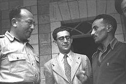 """כתריאל כ""""ץ (משמאל) עם משה יובל (סגן הקונסול בניו יורק) וירוחם כהן, 1949"""