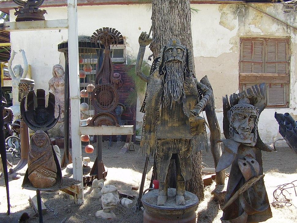 יהודי עם תפילין - בגן הפסלים של יומה שגב בגדרה