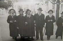רבי ישראל הגר (במרכז)