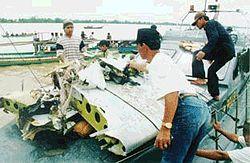 שברי המטוס לאחר שנמשו ממי נהר המוסי באינדונזיה