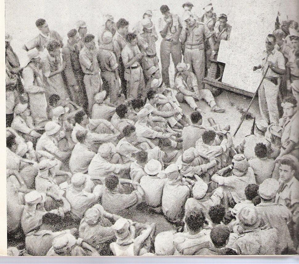 משה דיין מדריך את חייליו (גדוד הקומנדו) לפני הפריצה ללוד