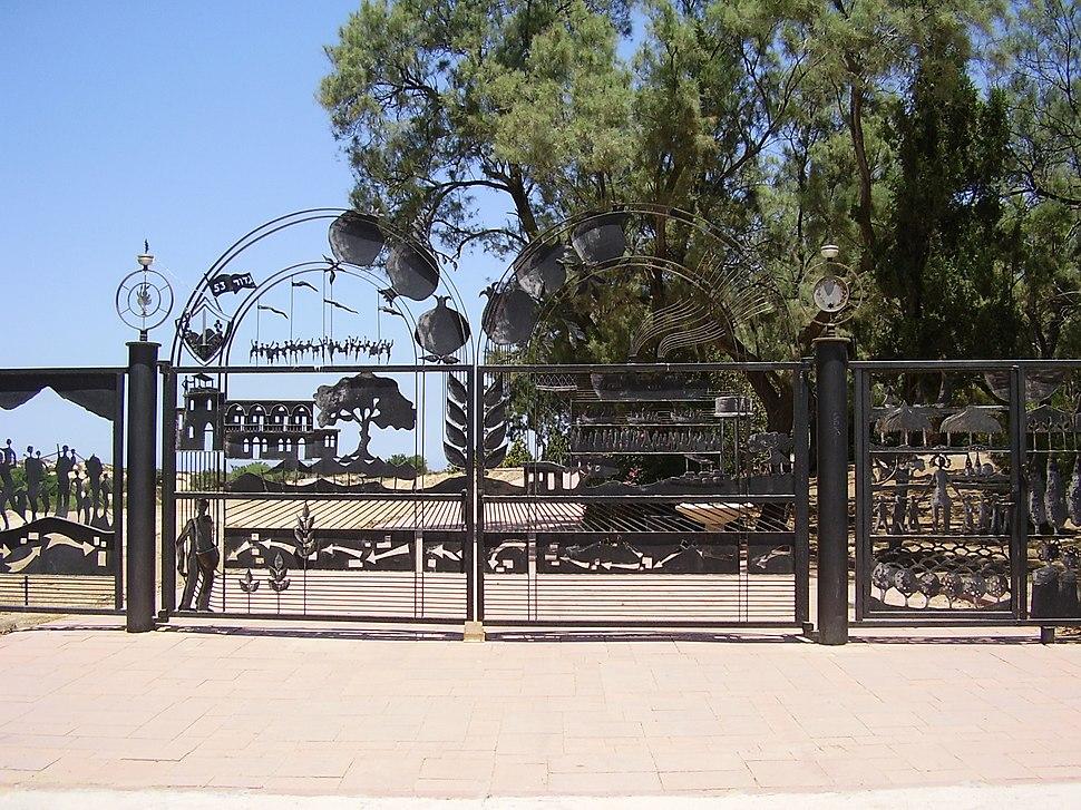 שער הברזל של בית הקברות בניצנים הישנה