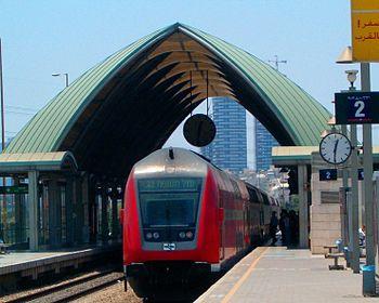 רכבת נוסעים דו-קומתית בתחנת הרכבת תל אביב אוניברסיטה
