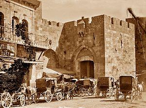 דיליזַ'נְס הייתה כרכרת נוסעים. בתמונה נראים דיליז'נסים מחוץ לשער יפו.