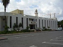 עירית יהוד-מונוסון על רקע המסגד ביהוד.jpg