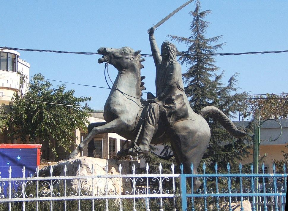פסל ברונזה (1997) של סולטאן באשא אלאטרש سلطان باشا الأطرش במרכז כסרא.