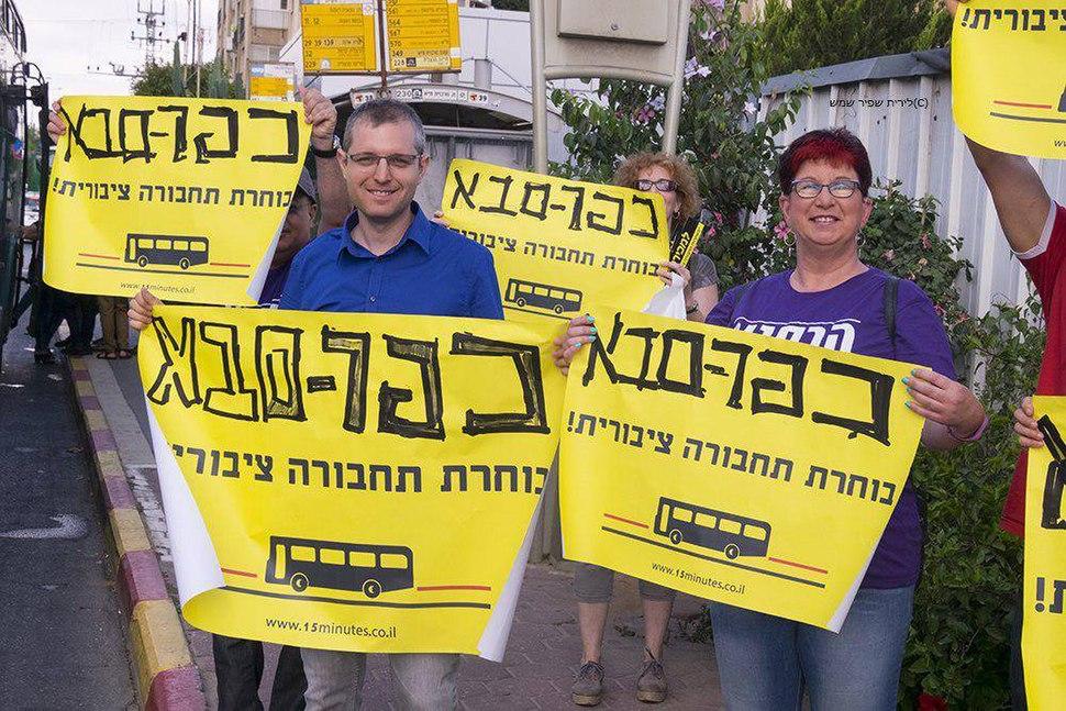עילאי הרסגור בהפגנה למען תחבורה ציבורית