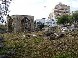 """בית הקברות """"שייח' מוראד"""" על רקע בית הנוער העובד והלומד (בית יצקר לשעבר).jpg"""