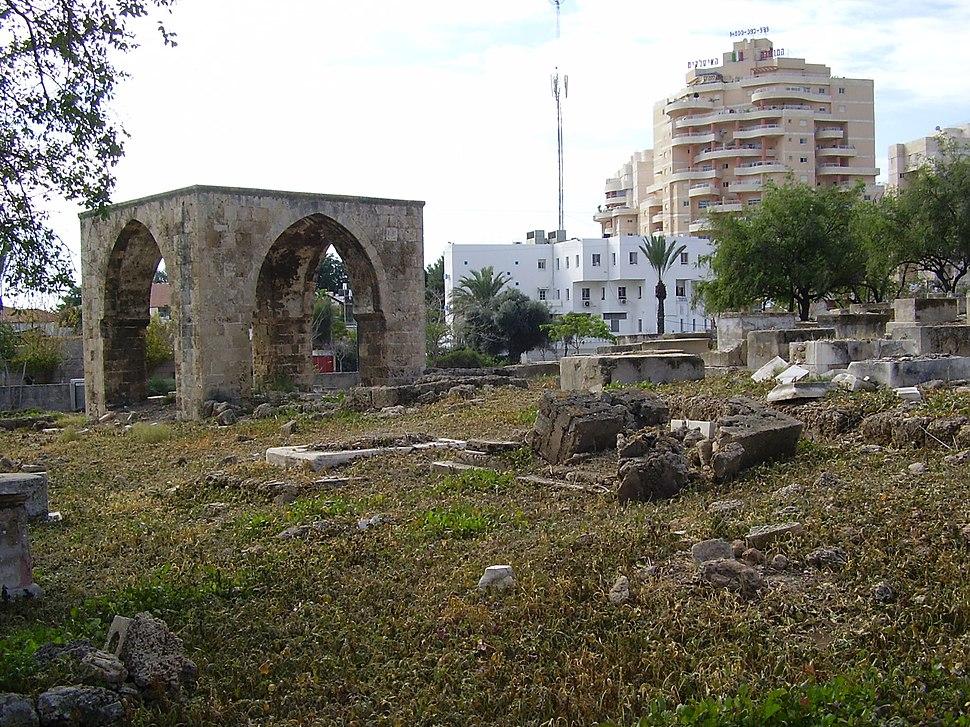 """בית הקברות """"שייח' מוראד"""" על רקע בית הנוער העובד והלומד (בית יצקר לשעבר)"""