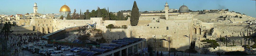 מימין לשמאל: הר הזיתים, מסגד אל-אקצא, כיפת הסלע וקרוב יותר לפניה הכותל המערבי