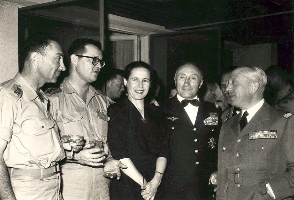 """שולמית לסקוב עם בעלה, הרמטכ""""ל החמישי חיים לסקוב. ראשון משמאל, מאיר עמית ולשמאלה גנרלים צרפתים. סוף שנות ה-50 של המאה ה-20"""