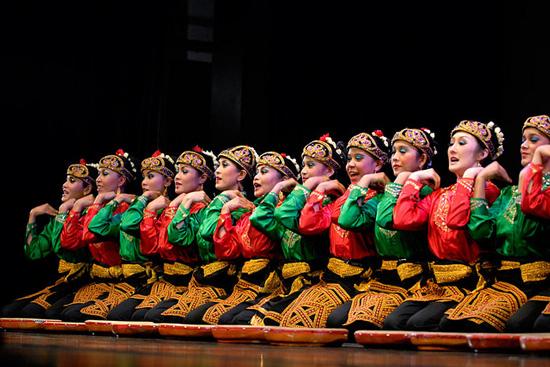Tari Saman yang berasal dari Aceh merupakan salah satu tarian tradisional yang paling terkenal