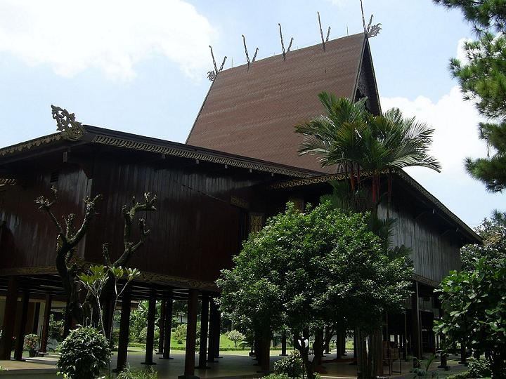 [Image: Anjung_Jurai_Rumah_Banjar_TMII.JPG]