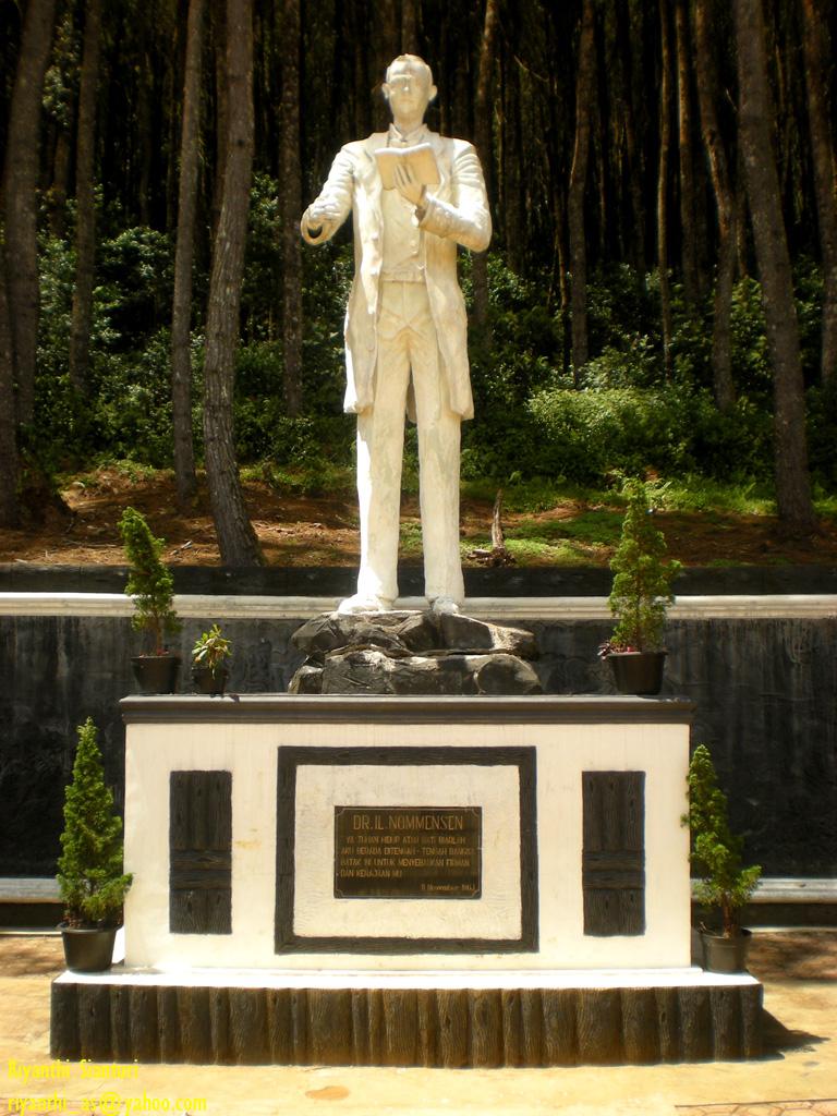 Berkas:Salib-kasih-patung-nommensen.jpg - Wikipedia bahasa