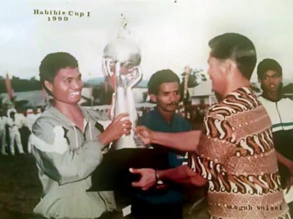 Kapten Persipare pada Habibie Cup I, Yan Ambasalu saat menerima piala Turnamen Habibie Cup I tahun 1990.