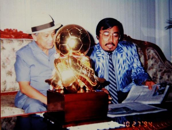 BJ Habibie saat itu masih menjabat Menristek RI dan Kepala BPPT bersama tokoh penggagas Habibie Cup, HM Alwi Hamu memperlihatkan piala bergilir pada 27 Oktober 1994 silam.