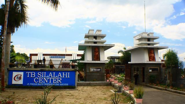 https://upload.wikimedia.org/wikipedia/id/b/b0/Museum_T.B._Silalahi_(jalan_Masuk).png
