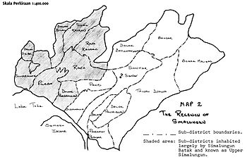 Peta pembagian kecamatan-kecamatan Simalungun ke dalam Simalungun Atas dan Simalungun Bawah. Akibat derasnya imigrasi, suku Simalungun hanya menjadi mayoritas di daerah Simalungun Atas.