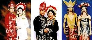 Busana Adat Kotawarigin Barat yang merupakan unsur budaya Melayu di Kalteng dipengaruhi Busana pengantin Banjar Baamar Galung Pancar Matahari