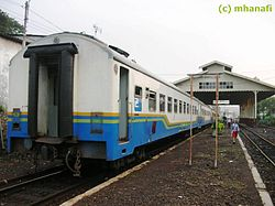 Kereta api Malang Ekspres (sekarang tidak beroperasi) sedang berhenti